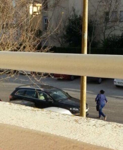 Ainhoa Barajas se dirige a su coche tras votar en las primarias de...