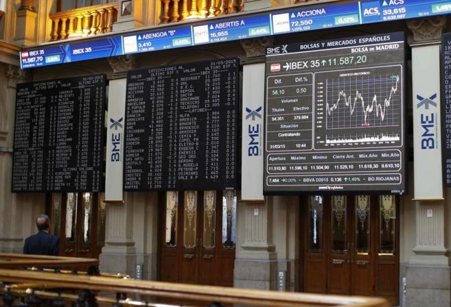 Paneles informativos en la Bolsa de Madrid durante la sesión de este...