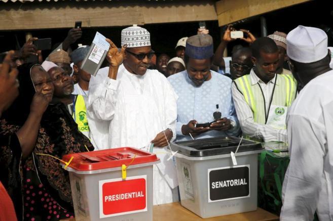 Mohamedú Buhari, nuevo presidente de Nigeria, votando el pasado...