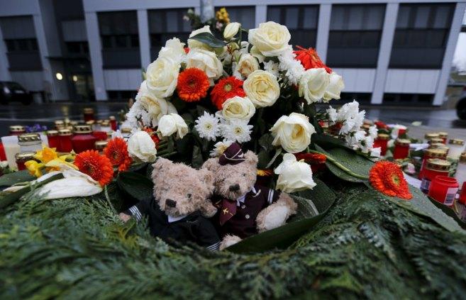 Flores y osos de peluche en honor de las víctimas.