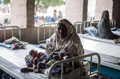 Una mujer con sus gemelos recién nacidos en Nigeria.