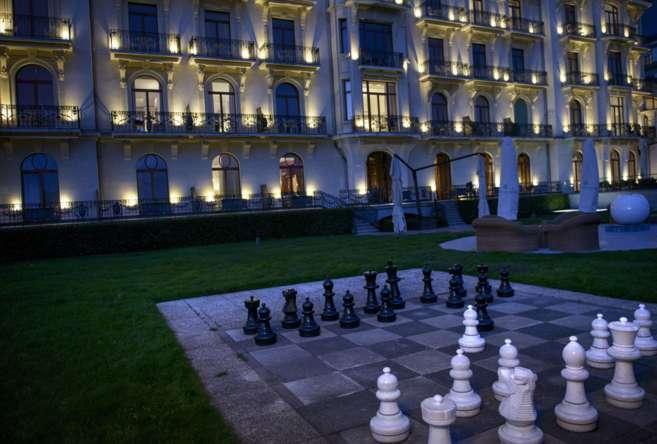 Vista nocturna del hotel de Lausana (Suiza) donde se están llevando a...