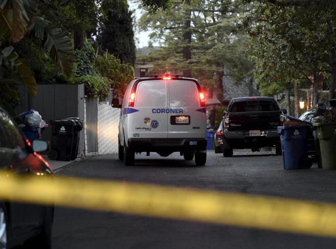 Furgones de la policía junto a la casa de Andrew Getty.