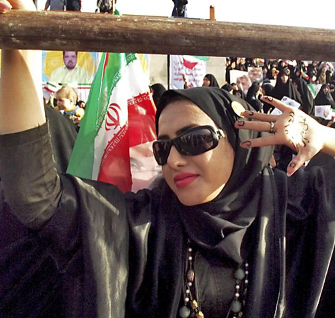 Una iraní celebra la victoria de Rohani.