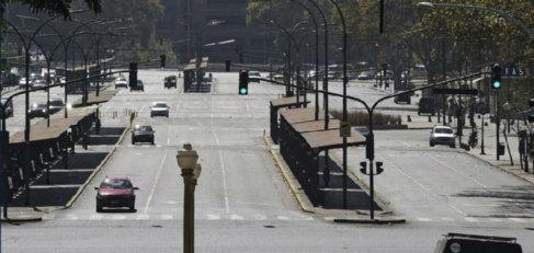 Calles con apenas tráfico frente a la estación de trenes de Retiro,...