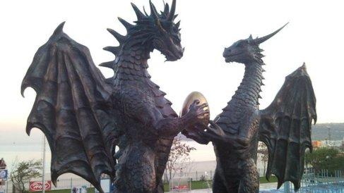 Escultura de una familia de dragones en Varna, Bulgaria.