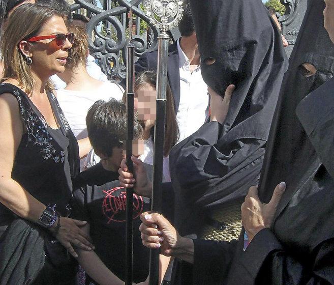 La diputada electa de Podemos Begoña Gutiérrez, viendo la hermandad...