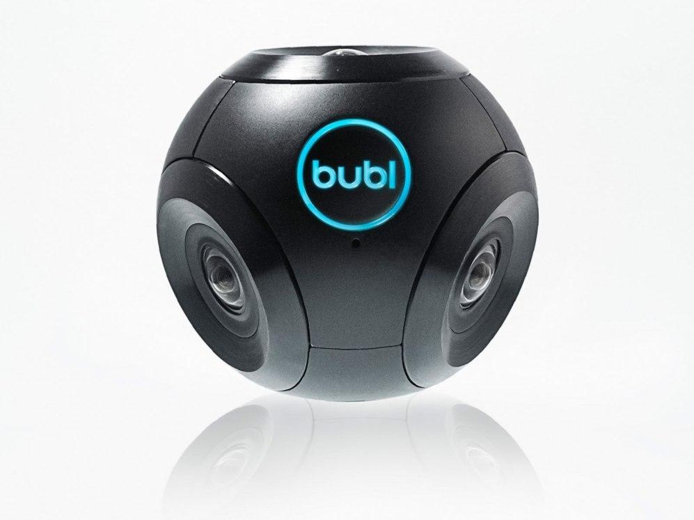 <STRONG> UNA BOLA CON CUATRO CARAS / Bublcam.</STRONG> Las plataformas de cofinanciación de proyectos, como Kickstarter, han conseguido lanzar cámaras capaces de grabar vídeo esférico. Bublcam, una pelota de cuatro cámaras, es el caso de mayor éxito. Logró recaudar más de 300.000 euros entre 800 usuarios. Cada cámara tiene un ángulo de visión de 190 grados y las cuatro imágenes que capturan se unen mediante software para crear el vídeo final.