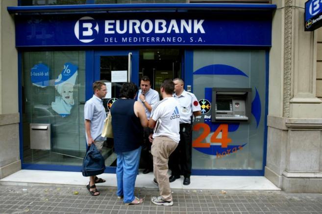 Una suursal de Eurobank, uno de los bancos griegos afectados por la...