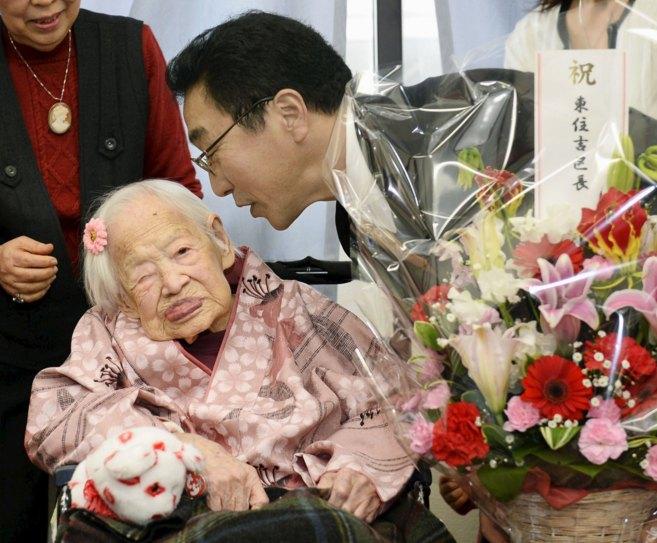 La mujer más vieja del mundo hasta hoy, Misao Okawa, durante su...