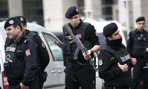 Miembros de la policía toman posiciones ante el secuestro de un...