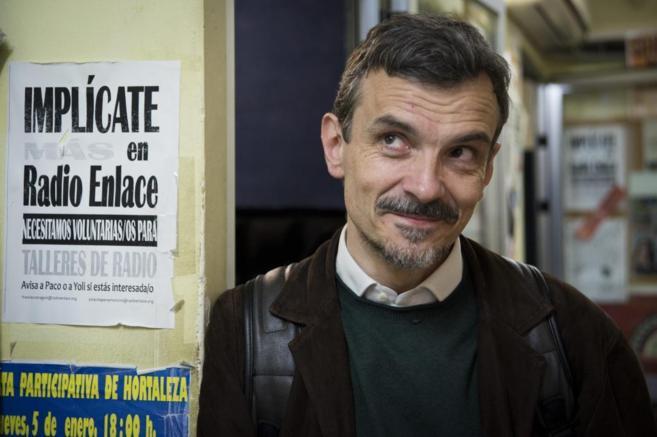 José Manuel López, fundador de Radio Enlace, en la emisora del...