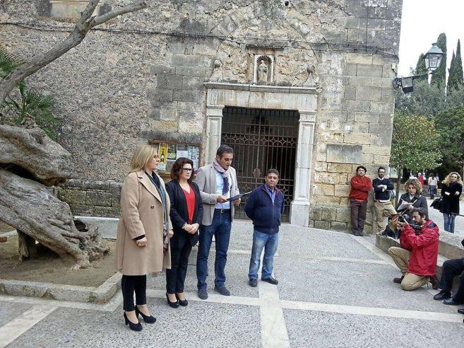 El alcalde Tomeu Cifre acompañado de tres de sus regidores, ayer en...