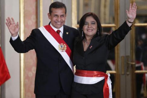 El presidente peruano Ollanta Humala junto a la censurada Ana Jara.