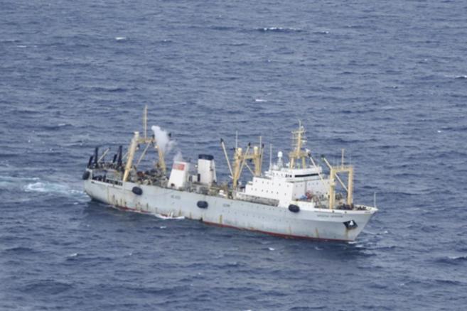 Equipos de emergencia rusos en las labores de rescate del pesquero...