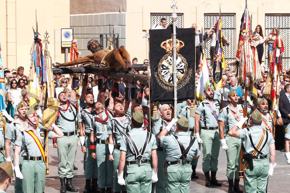 Legionarios portan al Cristo de Mena durante su traslado.
