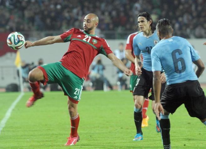 El marroquí Amrabet (izda.), durante un amistoso frente a Uruguay.