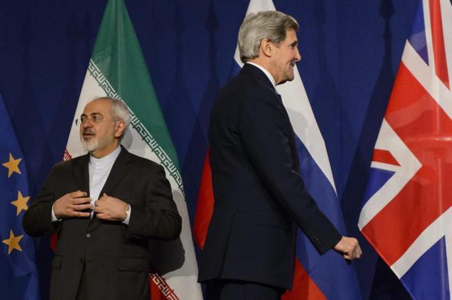 El secretario de Estado de EEUU, John Kerry, y el ministro de...