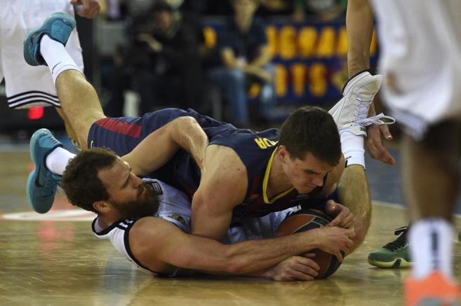 Hezonja y Sergio Rodríguez luchan por un balón en el piso.