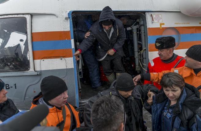 Los equipos de emergencias ayudan a los supervivientes, tras el...