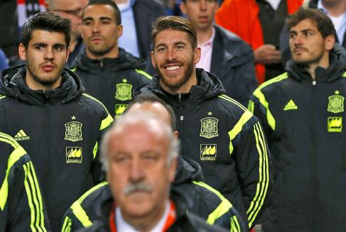 Morata, Ramos y Casillas, detrás de Del Bosque en el Amsterdam Arena.