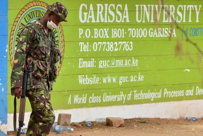 Un soldado de las fuerzas de seguridad keniatas custodiando la...