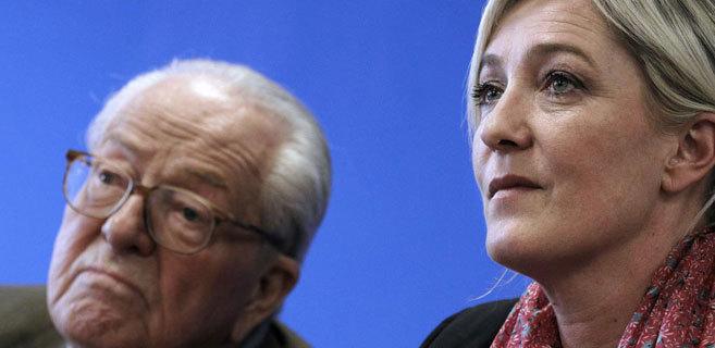 Imagen de archivo de Jean-Marie Le Pen (i) junto a su hija, Marine Le...