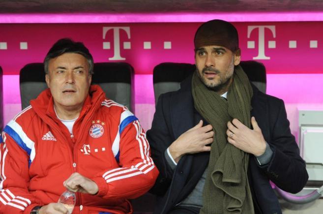 Guardiola, junto a su asistente Domenec Torrent, en el banquillo del...