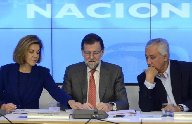 Mariano Rajoy, entre Dolores de Cospedal y Javier Arenas, en una...