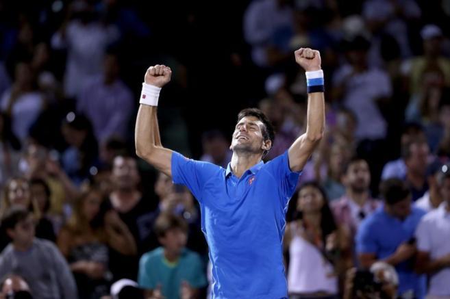 Djokovic celebra su victoria ante Isner.