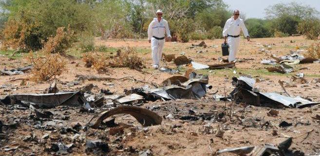 Investigadores en el lugar del accidente del vuelo de AH5017 en Mali,...