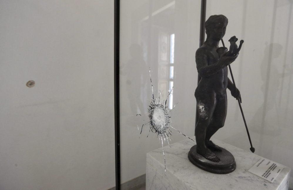 Un impacto de bala junto a una de las obras expuestas en el museo del...