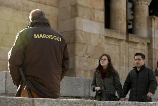 Un vigilante de la empresa Marsegur, concesionaria de la seguridad del...