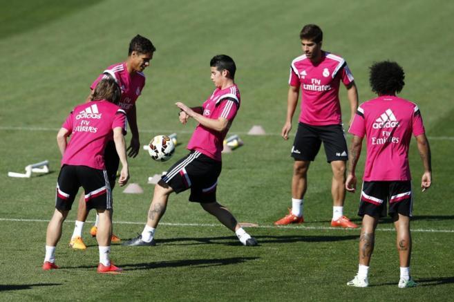 James, en un rondo con Marcelo, Coentrao, Lucas Silva y Varane.