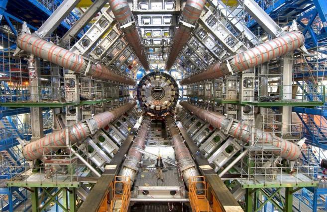 El interior del Gran Colisionador de Hadrones (LHC) en el CERN de...