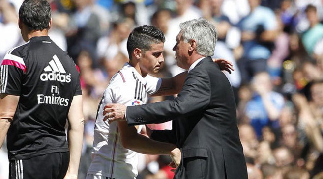 Ancelotti saluda a James tras ser cambiado.
