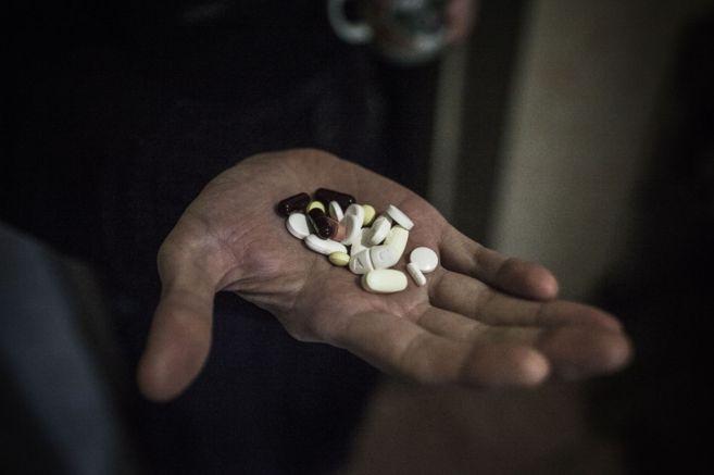 Un paciente con tuberculosis muestra las pastillas con las que se...