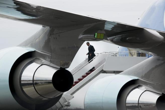 El presidente de EEUU, Barack Obama, desciende del Air Fonce One.