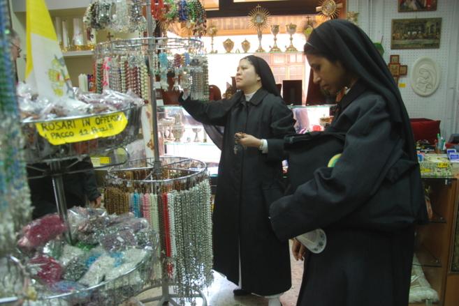 Unas monjas en una de las tiendas de objetos religiosos en Roma.