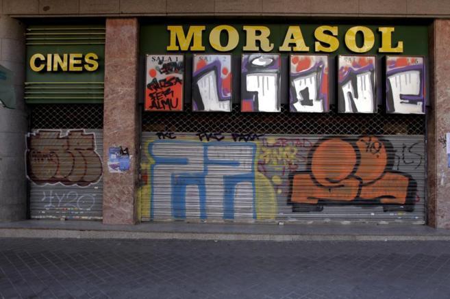 Aspecto de la entrada de los cines Morasol, que permanecen cerrados...