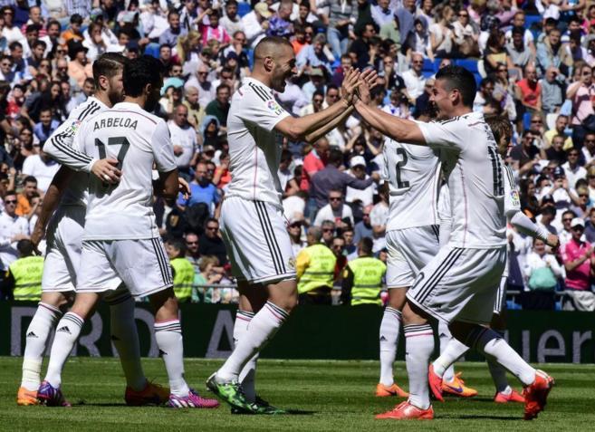 James Rodríguez (izda.) felicita a Benzema por uno de sus goles al...