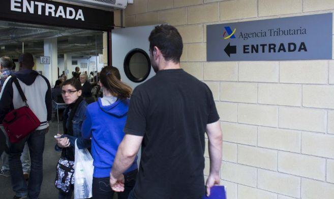 Contribuyentes haciendo cola a la entrada de una oficina de la Agencia...