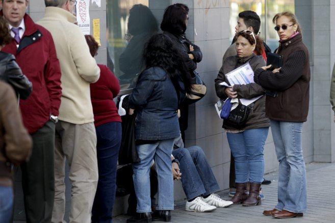 Varias personas esperando en la cola a las Oficinas de Empleo.