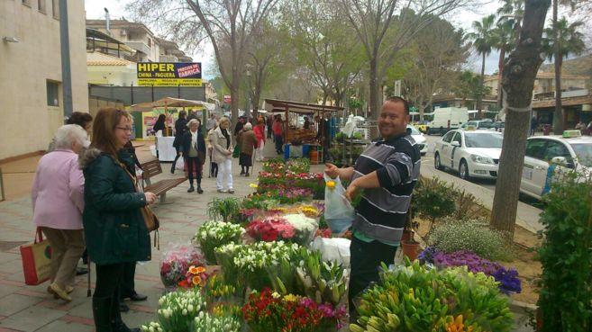 Mercadillo de flores en Peguera durante esta Semana Santa.