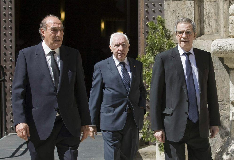 El presidente de Telefónica, César Alierta (d), sale de la Iglesia...