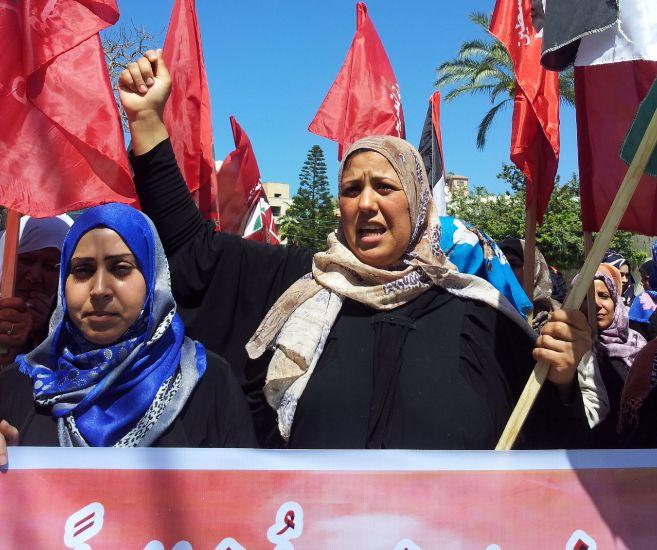 Mujeres palestinas marchan para pedir el desarme del campo de...