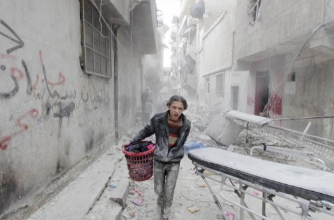 Un niño en la ciudad siria de Alepo, cerca de donde se produjo el...