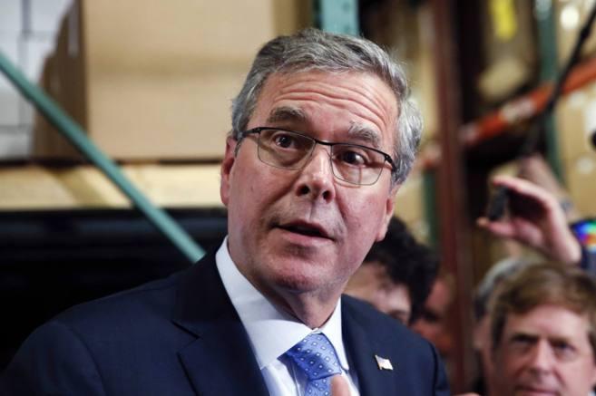El ex gobernador de Florida Jeb Bush habla para los medios durante un...