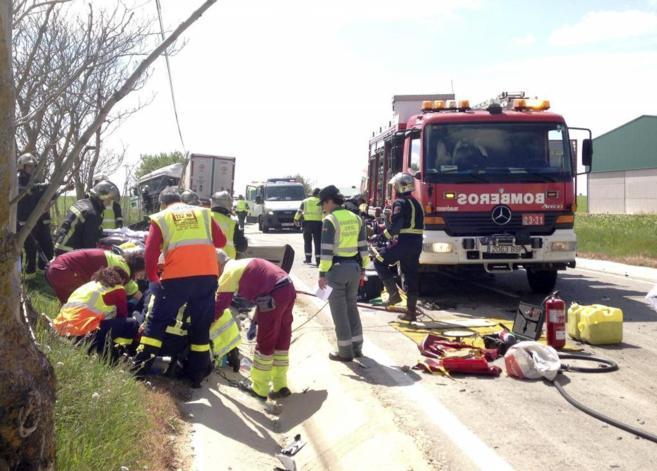 Médicos, guardias y bomberos en el lugar del accidente.