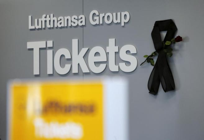 El cartel de la compañía Lufthansa, con un crespón negro en el...